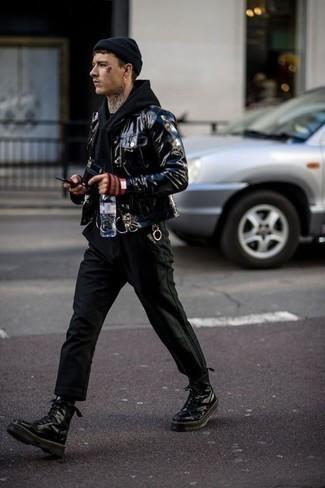 Модные мужские луки 2020 фото: Если ты из той когорты парней, которые разбираются в моде, тебе подойдет лук из черной кожаной куртки-рубашки и черных брюк чинос. Создать интересный контраст с остальными составляющими этого лука помогут черные кожаные рабочие ботинки.