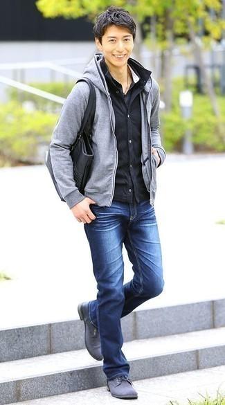 Темно-синяя куртка-рубашка: с чем носить и как сочетать мужчине: Темно-синяя куртка-рубашка и синие джинсы будут прекрасно смотреться в стильном гардеробе самых взыскательных молодых людей. Хочешь сделать образ немного элегантнее? Тогда в качестве обуви к этому образу, стоит обратить внимание на серые туфли дерби из плотной ткани.