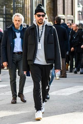 Модные мужские луки 2020 фото: Черная стеганая куртка-рубашка и черные спортивные штаны будут отлично смотреться в стильном гардеробе самых требовательных парней. Пара белых кожаных низких кед чудесно гармонирует с остальными элементами ансамбля.