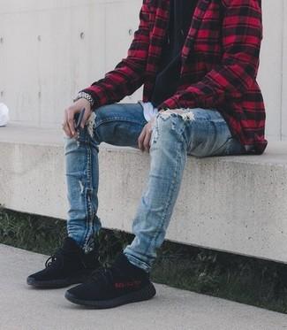 Как и с чем носить: красно-черная куртка-рубашка в клетку, черный худи, белая футболка с круглым вырезом, синие рваные зауженные джинсы