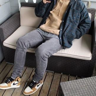 Мужские луки: Сочетание темно-синей фланелевой куртки-рубашки в шотландскую клетку и серых джинсов позволит выразить твою индивидуальность. Такой образ несложно приспособить к повседневным нуждам, если надеть в тандеме с ним светло-коричневые кожаные высокие кеды.