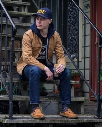 С чем носить темно-синий худи мужчине: Темно-синий худи в паре с темно-синими джинсами — замечательная идея для создания мужского лука в стиле business casual. И почему бы не добавить в повседневный ансамбль немного стильной строгости с помощью коричневых замшевых лоферов?