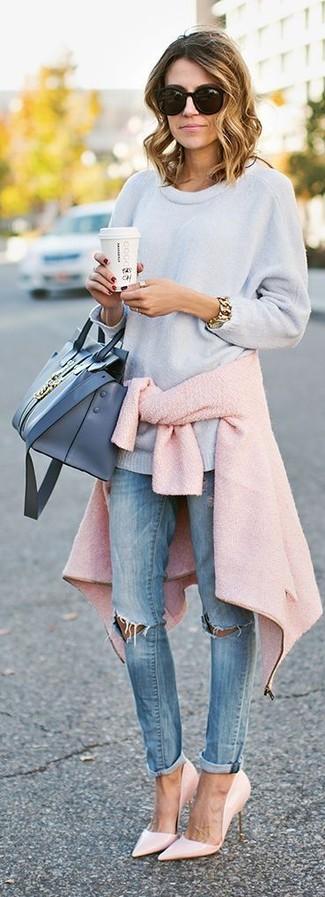 Розовую куртку букле и голубые рваные джинсы скинни можно надеть как на работу, так на прогулку. Очень стильно здесь будут смотреться розовая обувь.