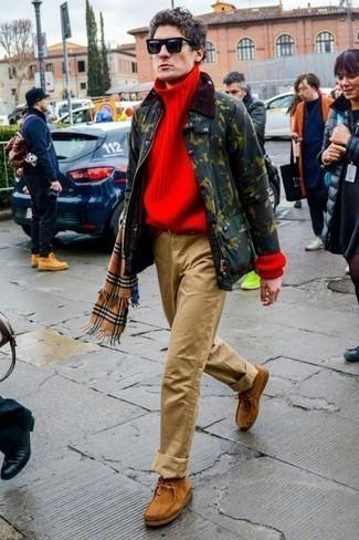 Темно-зеленая куртка с воротником и на пуговицах: с чем носить и как сочетать: Темно-зеленая куртка с воротником и на пуговицах будет смотреться выигрышно в сочетании с светло-коричневыми брюками чинос. Весьма гармонично здесь смотрятся светло-коричневые замшевые ботинки дезерты.