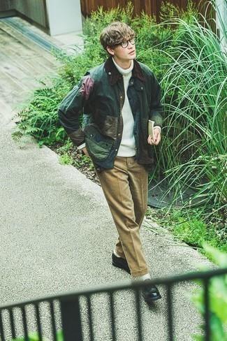 Темно-зеленая куртка с воротником и на пуговицах: с чем носить и как сочетать: Темно-зеленая куртка с воротником и на пуговицах и светло-коричневые брюки чинос отлично впишутся в мужской образ в стиле кэжуал. Закончив лук черными кожаными туфлями дерби, ты привнесешь в него классическую нотку.