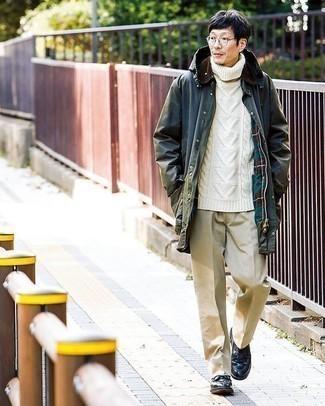 С чем носить темно-зеленую куртку с воротником и на пуговицах: Дуэт темно-зеленой куртки с воротником и на пуговицах и бежевых брюк чинос поможет воплотить в твоем ансамбле городской стиль современного молодого человека. Этот лук получает новое прочтение в сочетании с черными кожаными туфлями дерби.