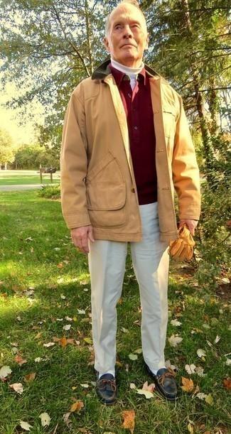Светло-коричневая куртка с воротником и на пуговицах: с чем носить и как сочетать: Несмотря на то, что это довольно-таки сдержанный лук, лук из светло-коричневой куртки с воротником и на пуговицах и бежевых классических брюк является неизменным выбором современных джентльменов, покоряя при этом сердца представительниц прекрасного пола. Такой образ несложно адаптировать к повседневным реалиям, если надеть в тандеме с ним черные кожаные топсайдеры.