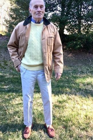 Светло-коричневая куртка с воротником и на пуговицах: с чем носить и как сочетать: Несмотря на то, что этот ансамбль довольно-таки классический, сочетание светло-коричневой куртки с воротником и на пуговицах и бежевых классических брюк является постоянным выбором стильных мужчин, пленяя при этом дамские сердца. Темно-красные кожаные лоферы с кисточками становятся хорошим дополнением к твоему ансамблю.