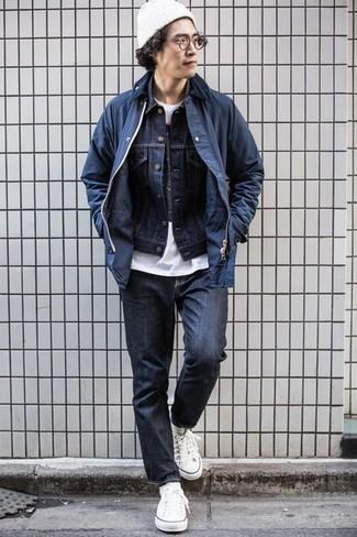 Темно-синие джинсы: с чем носить и как сочетать мужчине: Создав ансамбль из темно-синей куртки с воротником и на пуговицах и темно-синих джинсов, можно уверенно отправляться на свидание с возлюбленной или вечер с друзьями в непринужденной обстановке. Говоря об обуви, можно дополнить образ белыми низкими кедами из плотной ткани.