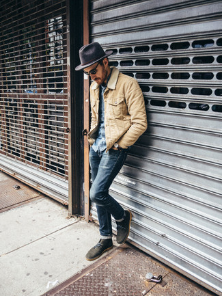 Как и с чем носить: бежевая куртка с воротником и на пуговицах, синяя джинсовая рубашка, темно-синие зауженные джинсы, оливковые замшевые ботинки дезерты