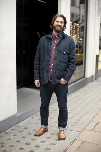 Как одеваться мужчине за 40: Современным мужчинам, которые хотят держать руку на пульсе последних тенденций, советуем обратить внимание на это сочетание темно-синей куртки с воротником и на пуговицах и темно-синих джинсов. Хотел бы сделать образ немного строже? Тогда в качестве обуви к этому образу, стоит обратить внимание на светло-коричневые кожаные повседневные ботинки.