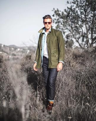 Как и с чем носить: оливковая куртка с воротником и на пуговицах, голубая джинсовая рубашка, белая футболка с круглым вырезом, черные джинсы