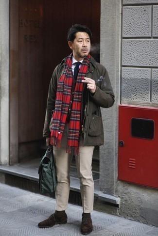 С чем носить белую классическую рубашку мужчине: Белая классическая рубашка и бежевые брюки чинос помогут составить необычный мужской образ для рабочего дня в офисе. Любишь экспериментировать? Дополни образ темно-коричневыми замшевыми оксфордами.