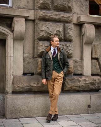 С чем носить разноцветный галстук в горизонтальную полоску мужчине: Темно-зеленая куртка с воротником и на пуговицах и разноцветный галстук в горизонтальную полоску — воплощение элегантного стиля. В паре с этим ансамблем органично будут смотреться темно-коричневые замшевые броги.