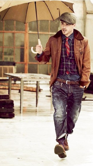 С чем носить пурпурный жилет: Если ты приписываешь себя к той немногочисленной группе парней, которые каждый день выглядят с иголочки, тебе подойдет тандем пурпурного жилета и черных джинсов. Хотел бы сделать ансамбль немного элегантнее? Тогда в качестве дополнения к этому образу, выбирай коричневые замшевые туфли дерби.