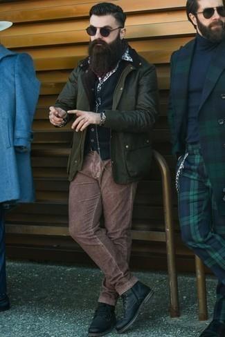 Темно-зеленая куртка с воротником и на пуговицах: с чем носить и как сочетать: Темно-зеленая куртка с воротником и на пуговицах и коричневые вельветовые брюки чинос — обязательные вещи в гардеробе стильного парня. Хочешь привнести сюда немного утонченности? Тогда в качестве дополнения к этому образу, стоит обратить внимание на черные кожаные повседневные ботинки.