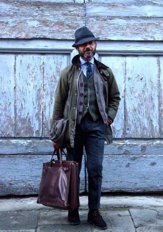 Как и с чем носить: оливковая куртка с воротником и на пуговицах, коричневый кардиган, оливковый шерстяной жилет, голубая классическая рубашка