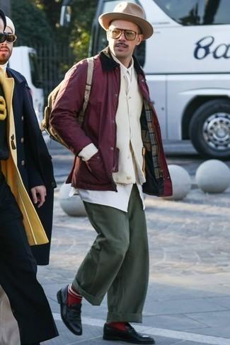 Красные носки: с чем носить и как сочетать мужчине: Если ты отдаешь предпочтение удобству и практичности, тебе полюбится сочетание темно-красной куртки с воротником и на пуговицах и красных носков. Любители необычных луков могут дополнить лук черными кожаными лоферами, тем самым добавив в него толику строгости.