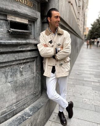 Модный лук: бежевая куртка с воротником и на пуговицах, черный кардиган, голубая рубашка с длинным рукавом из шамбре, белые джинсы