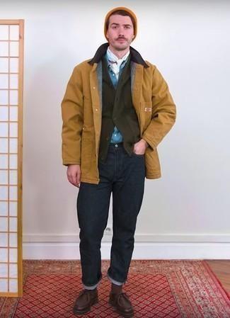 Светло-коричневая куртка с воротником и на пуговицах: с чем носить и как сочетать: Сочетание светло-коричневой куртки с воротником и на пуговицах и темно-синих джинсов не прекращает нравиться стильным молодым людям. Прекрасно здесь будут смотреться темно-коричневые кожаные ботинки дезерты.