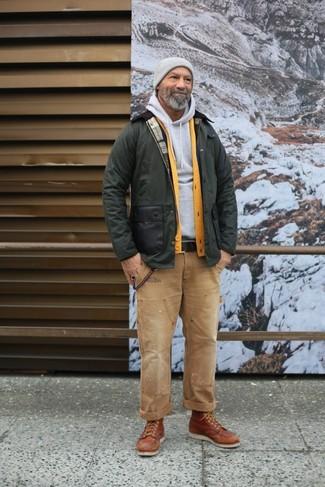 Как и с чем носить: оливковая куртка с воротником и на пуговицах, желтый кардиган, серый худи, светло-коричневые джинсы