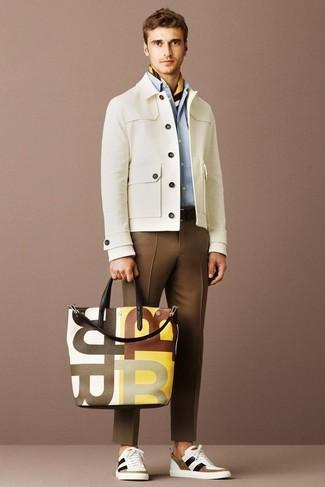 Как и с чем носить: бежевая куртка с воротником и на пуговицах, голубая классическая рубашка, коричневые классические брюки, бело-коричневые низкие кеды