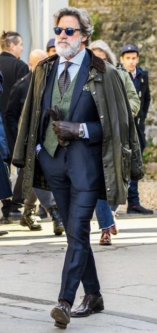 Как и с чем носить: оливковая куртка с воротником и на пуговицах, темно-синий костюм, темно-зеленый шерстяной жилет, голубая классическая рубашка в вертикальную полоску