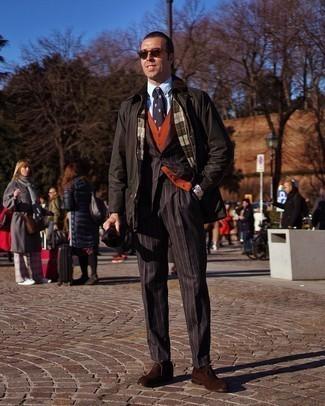 С чем носить оранжевый жилет: Несмотря на то, что это достаточно выдержанный лук, образ из оранжевого жилета и черной куртки с воротником и на пуговицах всегда будет по душе джентльменам, неминуемо покоряя при этом сердца прекрасных дам. В тандеме с темно-коричневыми замшевыми оксфордами такой образ смотрится особенно выгодно.