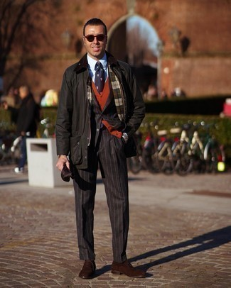 С чем носить темно-коричневые замшевые оксфорды: Темно-зеленая куртка с воротником и на пуговицах и черный костюм в вертикальную полоску — обязательные вещи в гардеробе мужчин с превосходным чувством стиля. Думаешь привнести в этот образ толику строгости? Тогда в качестве дополнения к этому ансамблю, обрати внимание на темно-коричневые замшевые оксфорды.