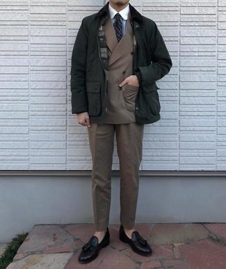 С чем носить темно-зеленую куртку с воротником и на пуговицах: Несмотря на то, что этот лук выглядит довольно-таки консервативно, тандем темно-зеленой куртки с воротником и на пуговицах и коричневого костюма приходится по душе стильным молодым людям, а также покоряет сердца девушек. Пара черных кожаных лоферов с кисточками свяжет лук воедино.