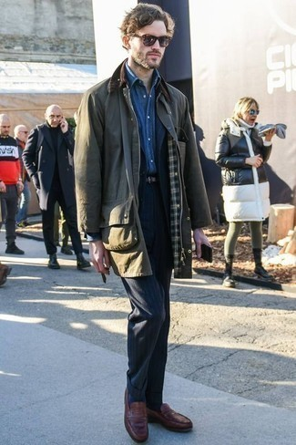 Темно-зеленая куртка с воротником и на пуговицах: с чем носить и как сочетать: Темно-зеленая куртка с воротником и на пуговицах в сочетании с темно-синим костюмом в вертикальную полоску позволит подчеркнуть твой индивидуальный стиль и выделиться из серой массы. Уравновесить лук и добавить в него толику классики позволят коричневые кожаные лоферы.