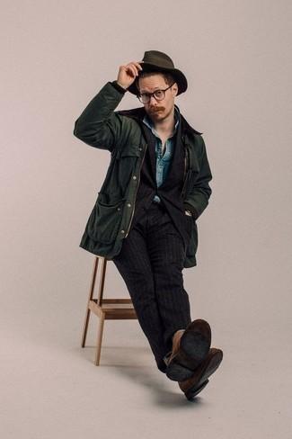 С чем носить темно-коричневую шерстяную шляпу мужчине: Если ты делаешь ставку на удобство и функциональность, темно-зеленая куртка с воротником и на пуговицах и темно-коричневая шерстяная шляпа — прекрасный выбор для стильного повседневного мужского лука. Хочешь сделать лук немного элегантнее? Тогда в качестве обуви к этому луку, выбирай коричневые замшевые ботинки дезерты.