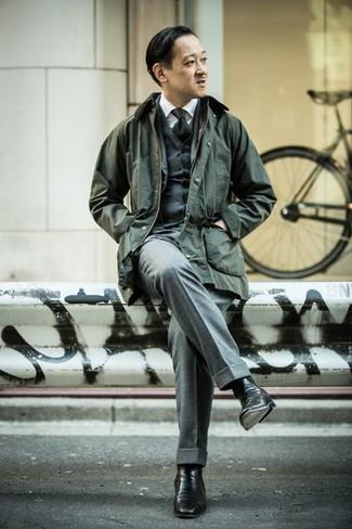 Черный галстук: с чем носить и как сочетать мужчине: Несмотря на то, что этот ансамбль довольно-таки классический, лук из темно-зеленой куртки с воротником и на пуговицах и черного галстука всегда будет нравиться стильным молодым людям, пленяя при этом сердца прекрасных дам. Что касается обуви, черные кожаные ботинки челси — самый выигрышный вариант.