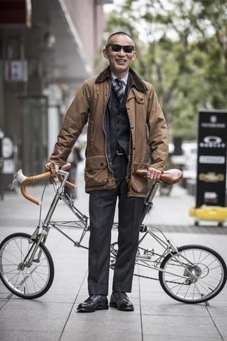 Светло-коричневая куртка с воротником и на пуговицах: с чем носить и как сочетать: Несмотря на то, что это классический лук, дуэт светло-коричневой куртки с воротником и на пуговицах и темно-серого костюма-тройки всегда будет выбором стильных молодых людей, пленяя при этом сердца барышень. В тандеме с этим луком наиболее уместно будут смотреться черные кожаные туфли дерби.