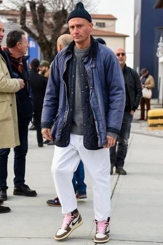 Серый свитер с круглым вырезом: с чем носить и как сочетать мужчине: Комбо из серого свитера с круглым вырезом и белых брюк чинос поможет создать модный мужской ансамбль. Дополни образ коричневыми кожаными высокими кедами, если не хочешь, чтобы он получился слишком формальным.