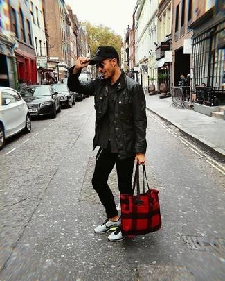 Как и с чем носить: черная кожаная куртка с воротником и на пуговицах, темно-серая куртка-рубашка, черные зауженные джинсы, серые кроссовки