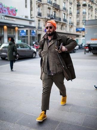 Как и с чем носить: темно-коричневая куртка с воротником и на пуговицах, коричневая куртка-рубашка, темно-серая рубашка с длинным рукавом с принтом, коричневые брюки чинос