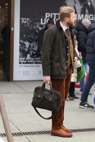 Как и с чем носить: оливковая куртка с воротником и на пуговицах, темно-синий шерстяной пиджак, светло-коричневый шерстяной жилет, белая классическая рубашка