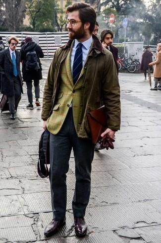 Темно-серые классические брюки: с чем носить и как сочетать мужчине: Оливковая куртка с воротником и на пуговицах выглядит прекрасно в сочетании с темно-серыми классическими брюками. Думаешь привнести сюда немного классики? Тогда в качестве дополнения к этому луку, выбери темно-красные кожаные оксфорды.