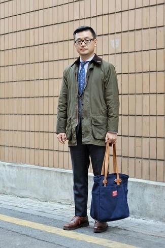 Темно-синяя большая сумка из плотной ткани: с чем носить и как сочетать мужчине: Если у тебя наметился сумасшедший день, сочетание оливковой куртки с воротником и на пуговицах и темно-синей большой сумки из плотной ткани поможет создать практичный лук в стиле casual. Хочешь сделать ансамбль немного строже? Тогда в качестве обуви к этому образу, обрати внимание на коричневые кожаные туфли дерби.