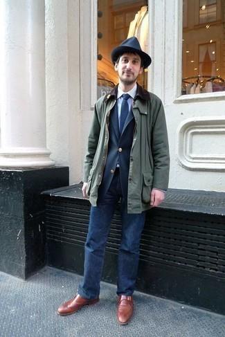 Темно-зеленая куртка с воротником и на пуговицах: с чем носить и как сочетать: Стильное сочетание темно-зеленой куртки с воротником и на пуговицах и темно-синих джинсов поможет выразить твой индивидуальный стиль и выделиться из общей массы. Любители необычных луков могут дополнить образ табачными кожаными монками, тем самым добавив в него толику изысканности.