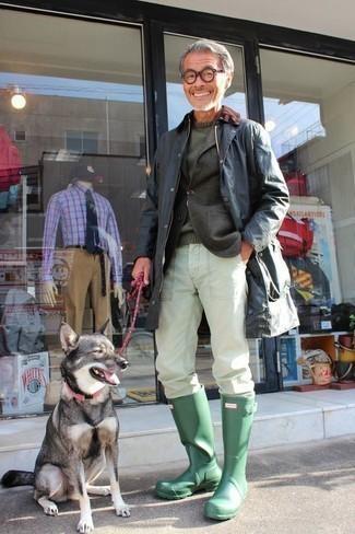 С чем носить темно-зеленые резиновые сапоги мужчине: Комбо из темно-синей куртки с воротником и на пуговицах и белых брюк чинос — замечательная идея для воплощения мужского ансамбля в стиле смарт-кэжуал. Думаешь добавить в этот образ нотку строгости? Тогда в качестве дополнения к этому ансамблю, стоит выбрать темно-зеленые резиновые сапоги.