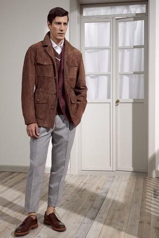Как и с чем носить: коричневая замшевая куртка с воротником и на пуговицах, темно-красный шерстяной пиджак, коричневый свитер с v-образным вырезом, белая классическая рубашка