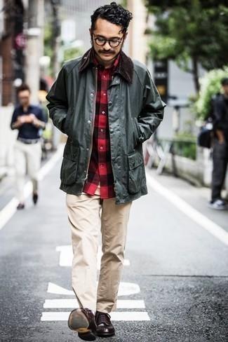 С чем носить темно-зеленую куртку с воротником и на пуговицах: Если ты любишь выглядеть с иголочки, и при этом чувствовать себя комфортно и нескованно, тебе стоит примерить это сочетание темно-зеленой куртки с воротником и на пуговицах и бежевых брюк чинос. Что касается обуви, можешь отдать предпочтение классическому стилю и выбрать темно-коричневые кожаные туфли дерби.