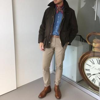 С чем носить красную бандану с принтом мужчине: Если в одежде ты ценишь комфорт и функциональность, темно-коричневая куртка с воротником и на пуговицах и красная бандана с принтом — классный вариант для расслабленного повседневного мужского лука. Любители экспериментов могут завершить лук коричневыми кожаными повседневными ботинками, тем самым добавив в него толику строгости.