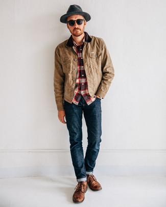 Как и с чем носить: светло-коричневая куртка с воротником и на пуговицах, бело-красно-синяя рубашка с длинным рукавом в шотландскую клетку, темно-синие джинсы, коричневые кожаные повседневные ботинки
