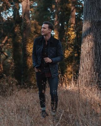 Как и с чем носить: черная стеганая куртка с воротником и на пуговицах, черная рубашка с длинным рукавом в клетку, темно-синие джинсы, темно-серые замшевые туфли дерби