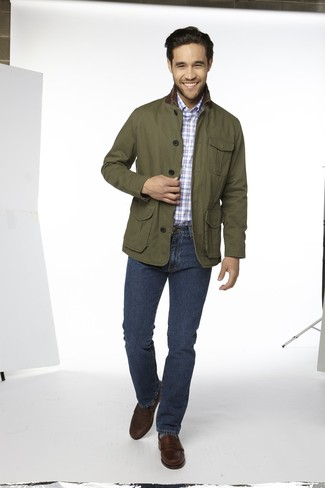 Как и с чем носить: оливковая куртка с воротником и на пуговицах, голубая рубашка с длинным рукавом в шотландскую клетку, темно-синие джинсы, темно-коричневые кожаные лоферы