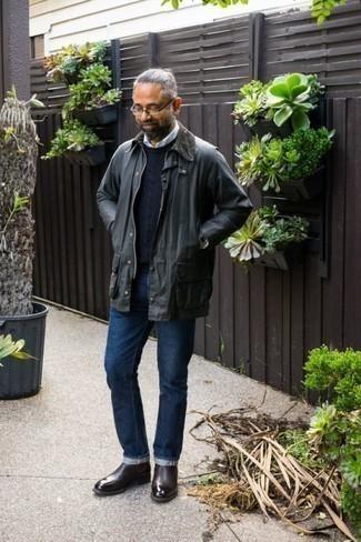 С чем носить темно-серую куртку с воротником и на пуговицах: Темно-серая куртка с воротником и на пуговицах в сочетании с темно-синими джинсами — великолепная идея для создания мужского ансамбля в стиле смарт-кэжуал. Этот ансамбль получит свежее прочтение в сочетании с темно-красными кожаными ботинками челси.