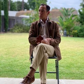 Как и с чем носить: коричневая куртка с воротником и на пуговицах, коричневая рубашка с длинным рукавом в вертикальную полоску, светло-коричневые классические брюки, темно-коричневые кожаные низкие кеды